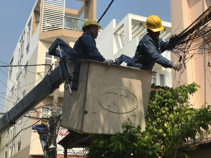 Điện lực TP HCM khuyến cáo người dân đề phòng tai nạn điện khi trời mưa - Ảnh 1.
