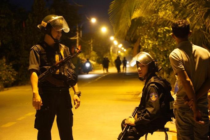 Đêm tối, công an khuyến cáo nhưng người dân vẫn tụ tập xem bắt kẻ bắn chết 5 người ở Củ Chi - Ảnh 4.