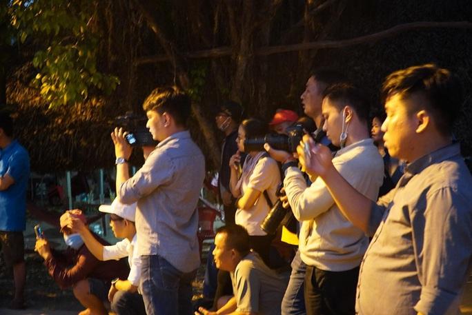 Đêm tối, công an khuyến cáo nhưng người dân vẫn tụ tập xem bắt kẻ bắn chết 5 người ở Củ Chi - Ảnh 6.