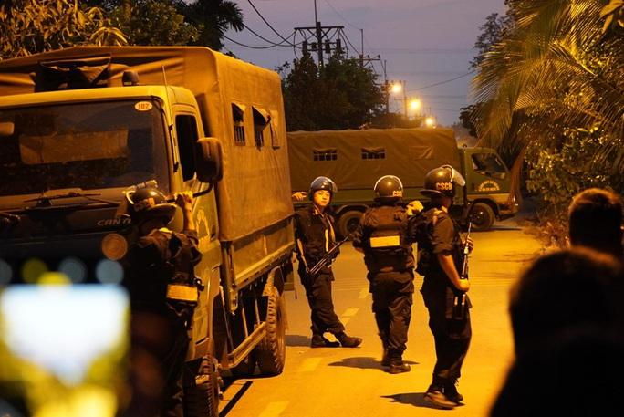 Đêm tối, công an khuyến cáo nhưng người dân vẫn tụ tập xem bắt kẻ bắn chết 5 người ở Củ Chi - Ảnh 8.