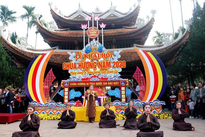 Hàng vạn du khách đổ về khai hội chùa Hương - Ảnh 2.