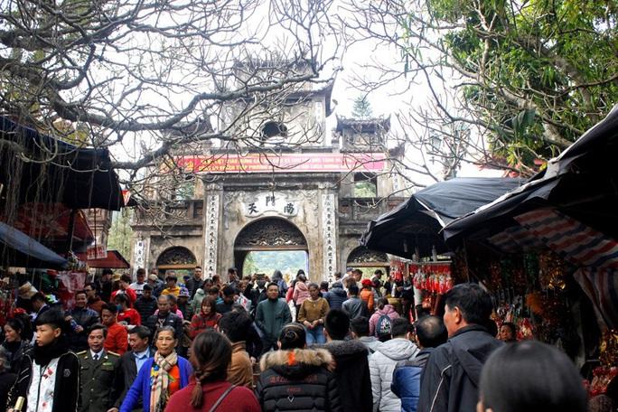 Hàng vạn du khách đổ về khai hội chùa Hương - Ảnh 4.