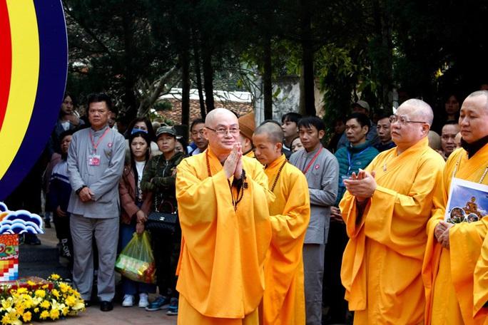 Hàng vạn du khách đổ về khai hội chùa Hương - Ảnh 3.