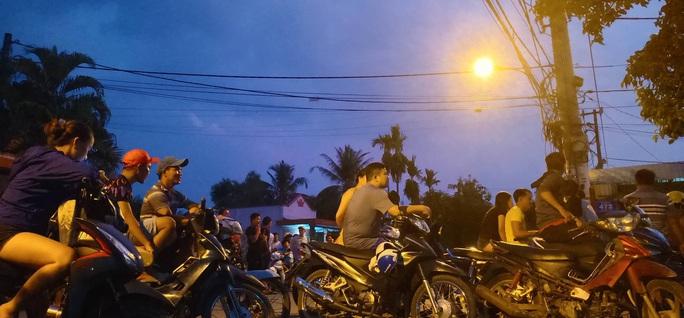 Đêm tối, công an khuyến cáo nhưng người dân vẫn tụ tập xem bắt kẻ bắn chết 5 người ở Củ Chi - Ảnh 10.