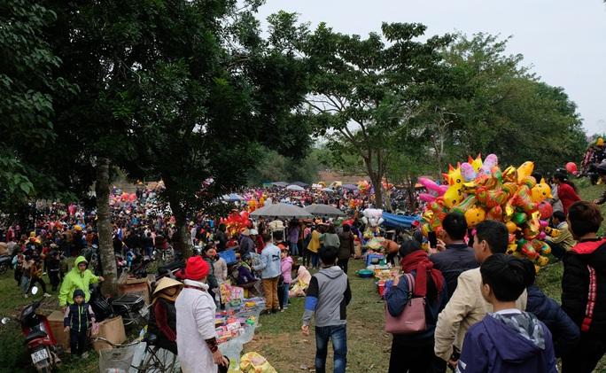 Hàng ngàn người đi chợ đánh nhau cầu may ở Thanh Hóa - Ảnh 4.