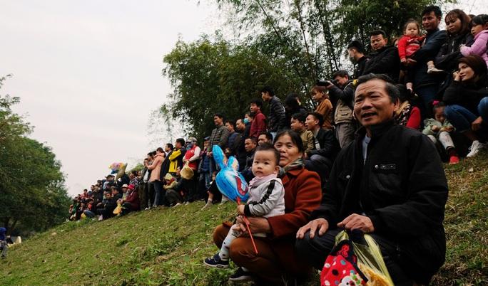 Hàng ngàn người đi chợ đánh nhau cầu may ở Thanh Hóa - Ảnh 3.