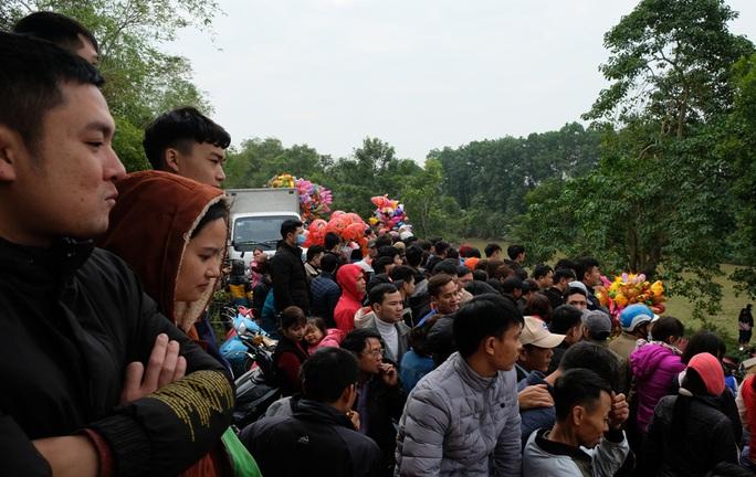 Hàng ngàn người đi chợ đánh nhau cầu may ở Thanh Hóa - Ảnh 2.