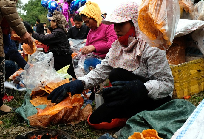 Hàng ngàn người đi chợ đánh nhau cầu may ở Thanh Hóa - Ảnh 14.