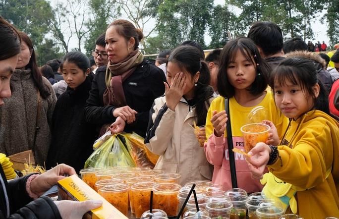 Hàng ngàn người đi chợ đánh nhau cầu may ở Thanh Hóa - Ảnh 17.