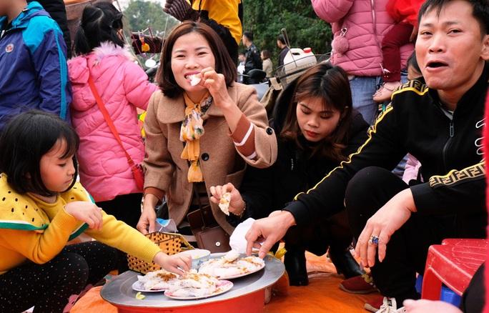 Hàng ngàn người đi chợ đánh nhau cầu may ở Thanh Hóa - Ảnh 18.