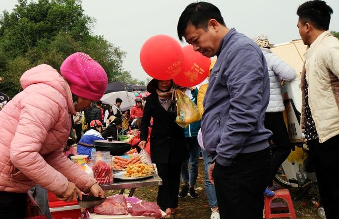 Hàng ngàn người đi chợ đánh nhau cầu may ở Thanh Hóa - Ảnh 13.