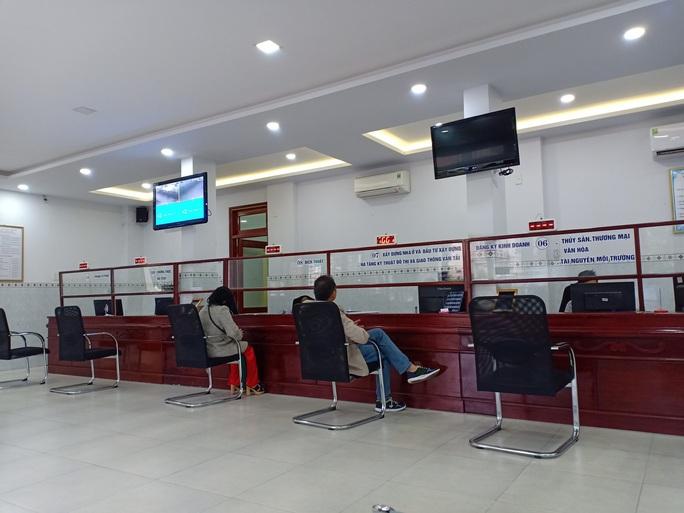 Đà Nẵng: Tổ 1 cửa quận Hải Châu vắng cán bộ trong ngày đầu làm việc năm mới - Ảnh 1.