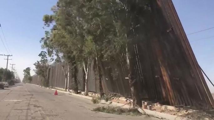 Bức tường biên giới của ông Donald Trump nghiêng ngả vì gió - Ảnh 2.