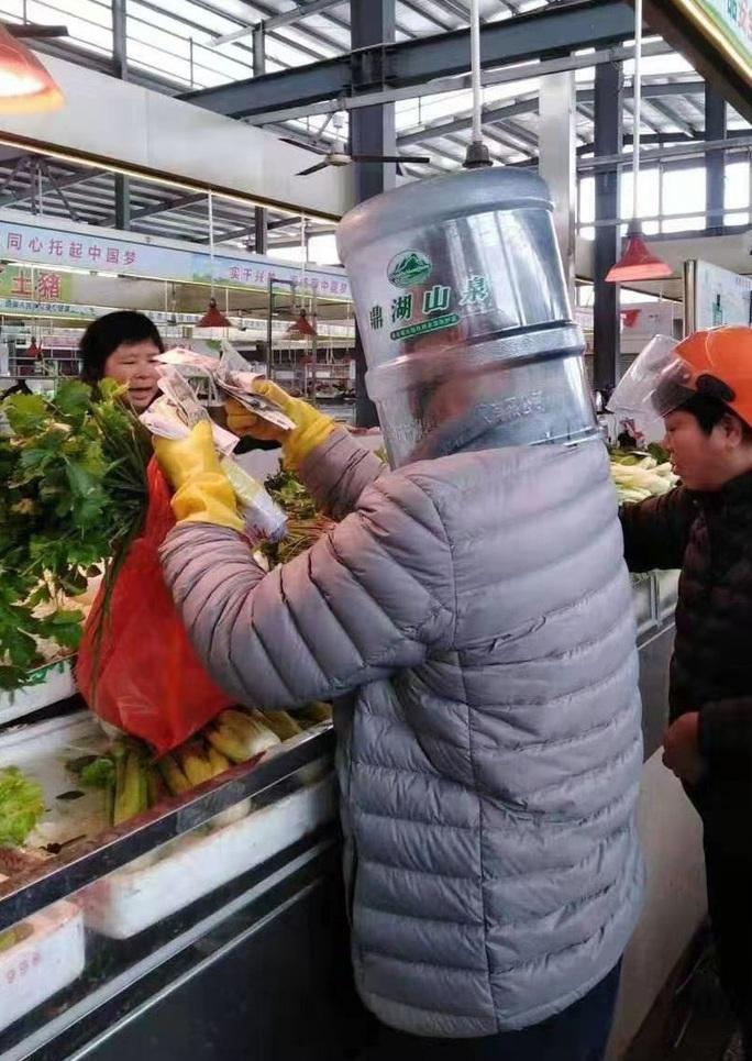 Trung Quốc: Tài xế taxi mặc bảo hộ kín mít, người dân đội thùng nhựa ra đường - Ảnh 12.