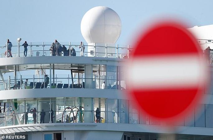 7,000 người bị cách ly trên tàu vì cặp đôi nghi nhiễm virus corona   - Ảnh 3.