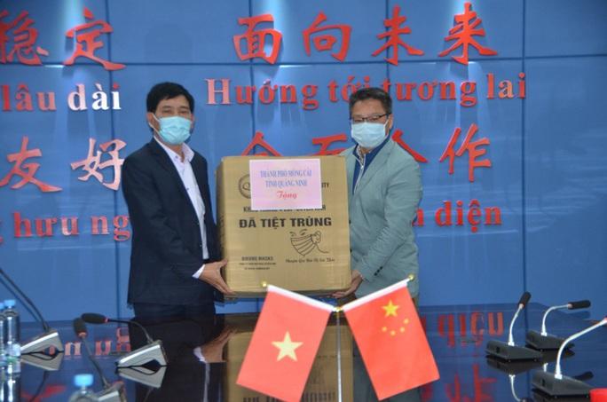 Đoàn đại biểu TP Móng Cái và Đông Hưng (Trung Quốc) đeo khẩu trang hội đàm, trao đổi biện pháp phòng chống virus corona - Ảnh 3.