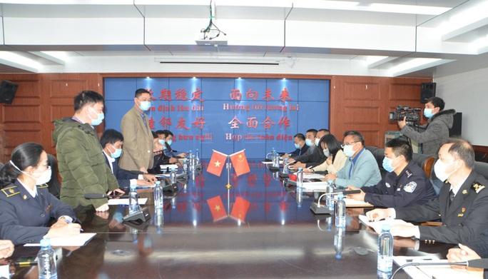 Đoàn đại biểu TP Móng Cái và Đông Hưng (Trung Quốc) đeo khẩu trang hội đàm, trao đổi biện pháp phòng chống virus corona - Ảnh 1.