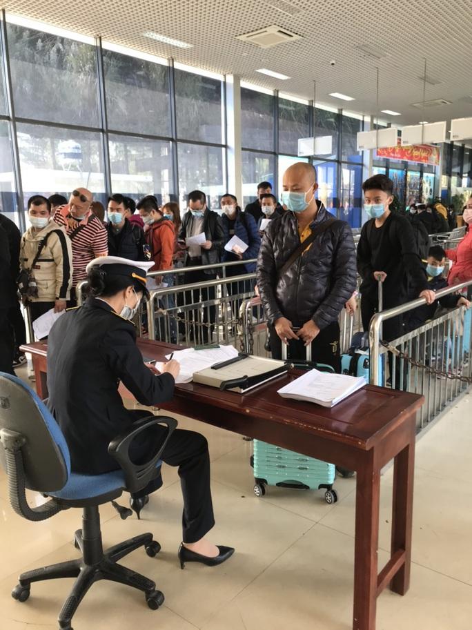 Đoàn đại biểu TP Móng Cái và Đông Hưng (Trung Quốc) đeo khẩu trang hội đàm, trao đổi biện pháp phòng chống virus corona - Ảnh 2.