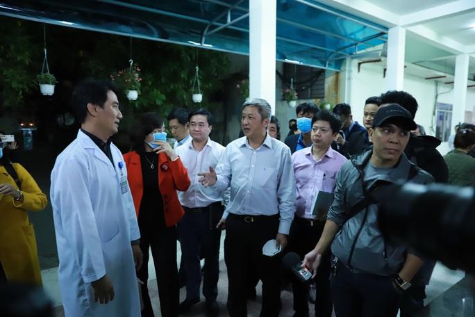 Nửa đêm, Thứ trưởng Bộ Y tế đến Đà Nẵng làm việc về virus corona - Ảnh 1.