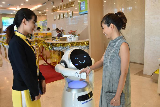 Sếp ngân hàng kể chuyện đưa robot vào tiếp khách - Ảnh 1.