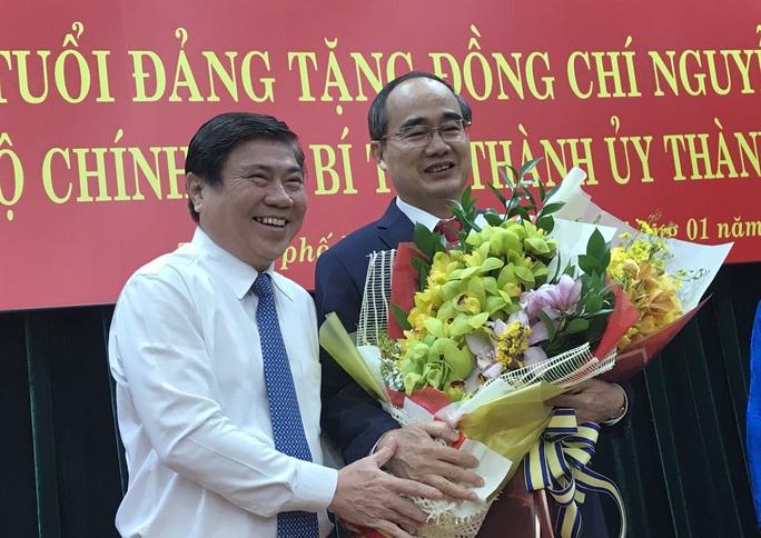 Bí thư Nguyễn Thiện Nhân xúc động khi nhận huy hiệu 40 năm tuổi Đảng - Ảnh 2.