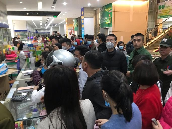 CLIP: Chen lấn mua khẩu trang y tế tại chợ thuốc lớn nhất miền Bắc - Ảnh 2.