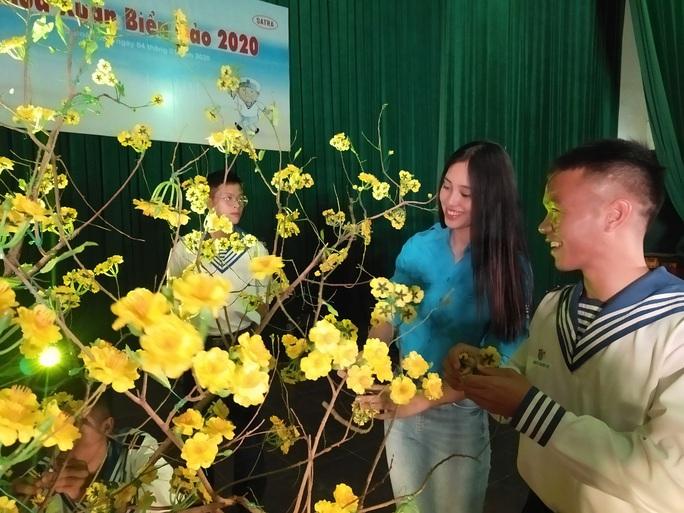 Mùa xuân biển đảo 2020 và Hoa hậu Trần Tiểu Vy đến với Lữ đoàn 681 Hải quân - Ảnh 9.
