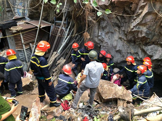 Đá rơi bất ngờ, đè nát người 2 mẹ con ở Nha Trang - Ảnh 1.
