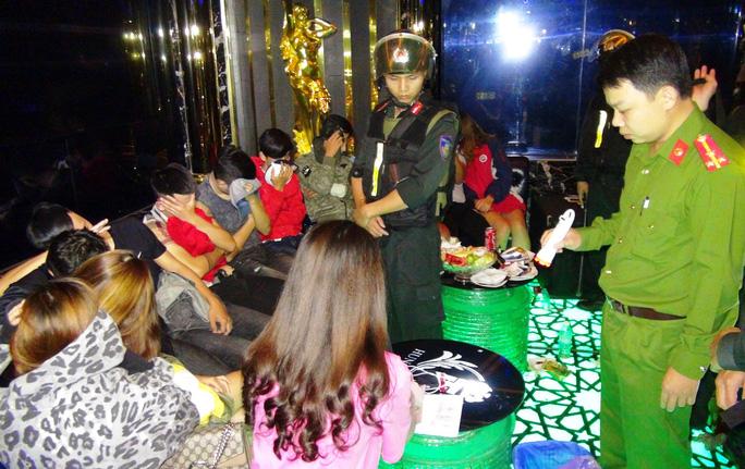 Hơn 50 nam nữ phê ma túy tại quán karaoke lúc rạng sáng - Ảnh 1.