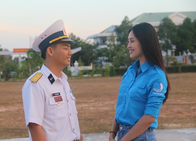 Mùa xuân biển đảo 2020 và Hoa hậu Trần Tiểu Vy đến với Lữ đoàn 681 Hải quân - Ảnh 2.