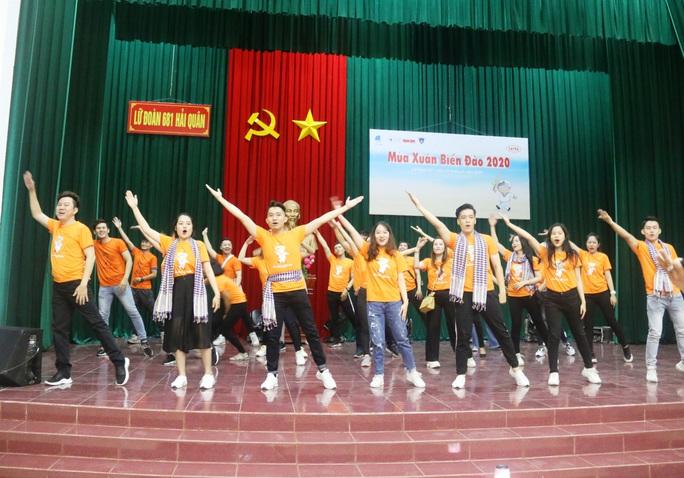 Mùa xuân biển đảo 2020 và Hoa hậu Trần Tiểu Vy đến với Lữ đoàn 681 Hải quân - Ảnh 5.