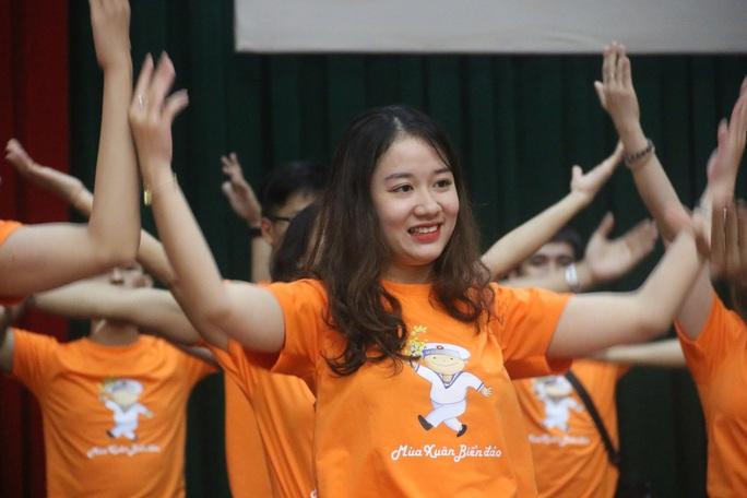 Mùa xuân biển đảo 2020 và Hoa hậu Trần Tiểu Vy đến với Lữ đoàn 681 Hải quân - Ảnh 4.
