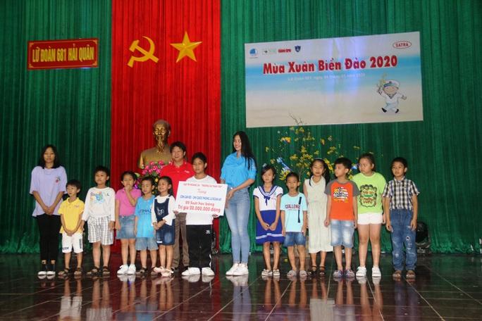 Mùa xuân biển đảo 2020 và Hoa hậu Trần Tiểu Vy đến với Lữ đoàn 681 Hải quân - Ảnh 11.