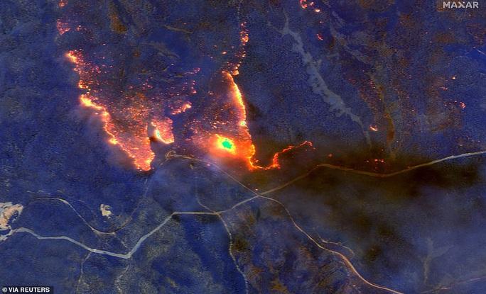 Những hình ảnh đáng kinh ngạc của cháy rừng Úc nhìn từ trên cao - Ảnh 1.