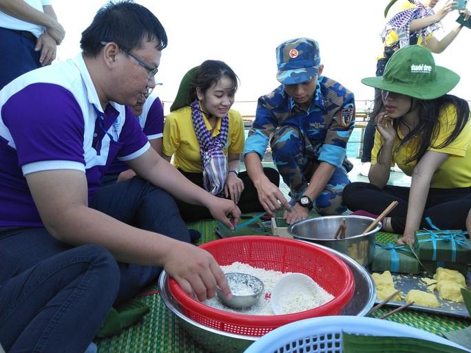 Các chiến sĩ giữ đảo Phú Quý vui hết mình trong Mùa xuân biển đảo - Ảnh 5.