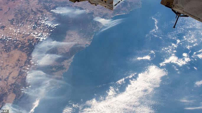 Những hình ảnh đáng kinh ngạc của cháy rừng Úc nhìn từ trên cao - Ảnh 5.