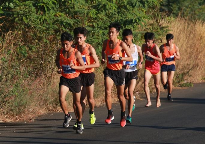 Chân chạy số 1 Việt Nam lên ngôi Nữ hoàng leo núi Bà Rá - Ảnh 1.