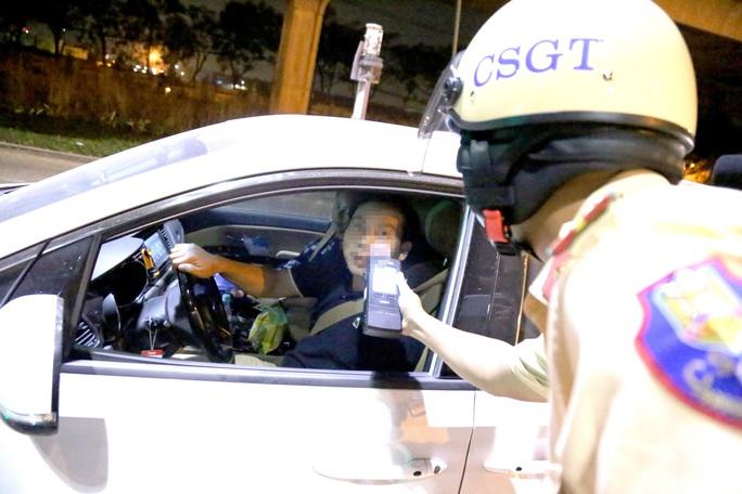 Gặp CSGT đội Rạch Chiếc, nhiều lái xe choáng, ôm mặt vì... 1 lon bia! - Ảnh 6.