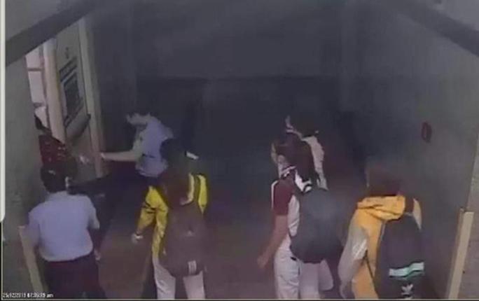 Cảnh cáo bảo vệ bị tố đạp vào người và bắt nhốt nữ sinh viên - Ảnh 2.