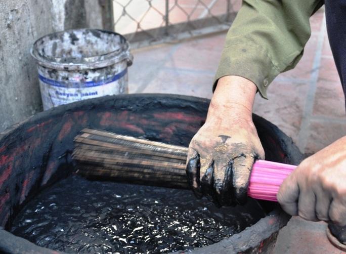 Cận cảnh sự vất vả để làm ra những nén hương thắp Tết cổ truyền - Ảnh 12.