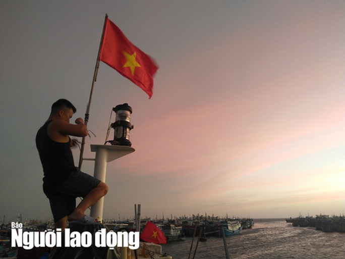 Thiêng liêng trao cờ Tổ quốc trên đảo tiền tiêu Phú Quý - Ảnh 7.