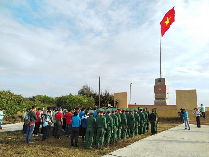 Thiêng liêng trao cờ Tổ quốc trên đảo tiền tiêu Phú Quý - Ảnh 1.