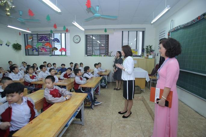 Phu nhân Ngoại trưởng Nhật Bản trò chuyện với học sinh trường Chu Văn An - Ảnh 6.