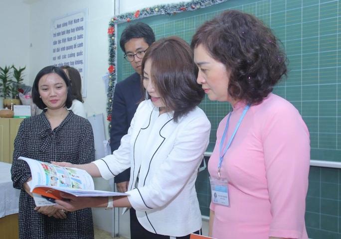 Phu nhân Ngoại trưởng Nhật Bản trò chuyện với học sinh trường Chu Văn An - Ảnh 7.