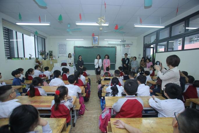 Phu nhân Ngoại trưởng Nhật Bản trò chuyện với học sinh trường Chu Văn An - Ảnh 8.
