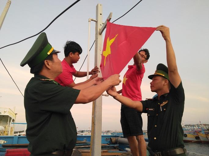 Thiêng liêng trao cờ Tổ quốc trên đảo tiền tiêu Phú Quý - Ảnh 6.