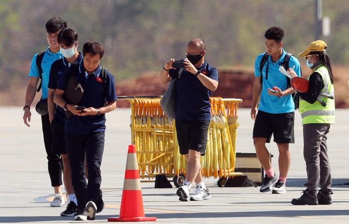 HLV Park Hang-seo nhờ cảnh sát Thái Lan ngăn quay phim, chụp ảnh ở khách sạn - Ảnh 3.