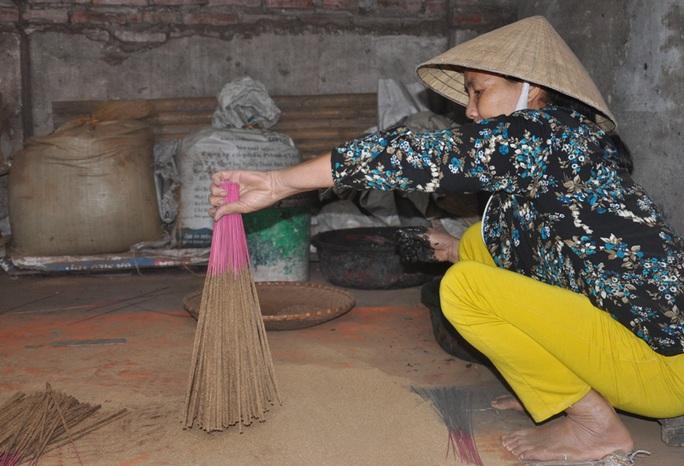 Cận cảnh sự vất vả để làm ra những nén hương thắp Tết cổ truyền - Ảnh 15.