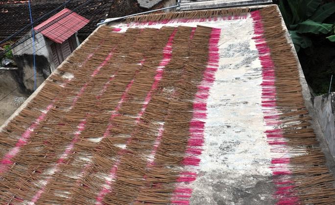 Cận cảnh sự vất vả để làm ra những nén hương thắp Tết cổ truyền - Ảnh 16.