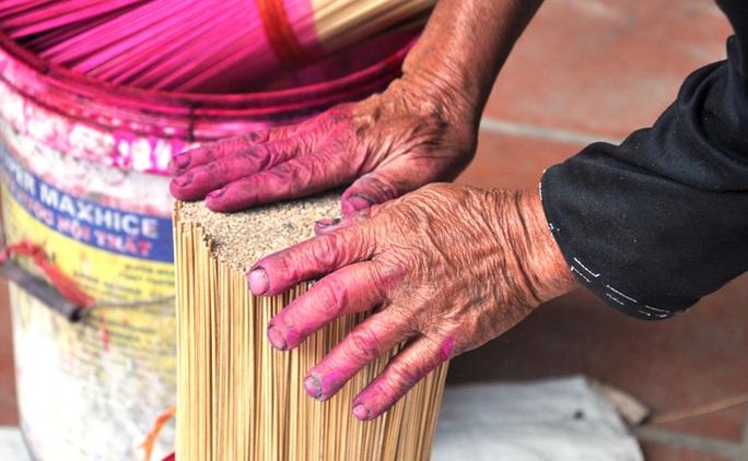 Cận cảnh sự vất vả để làm ra những nén hương thắp Tết cổ truyền - Ảnh 7.